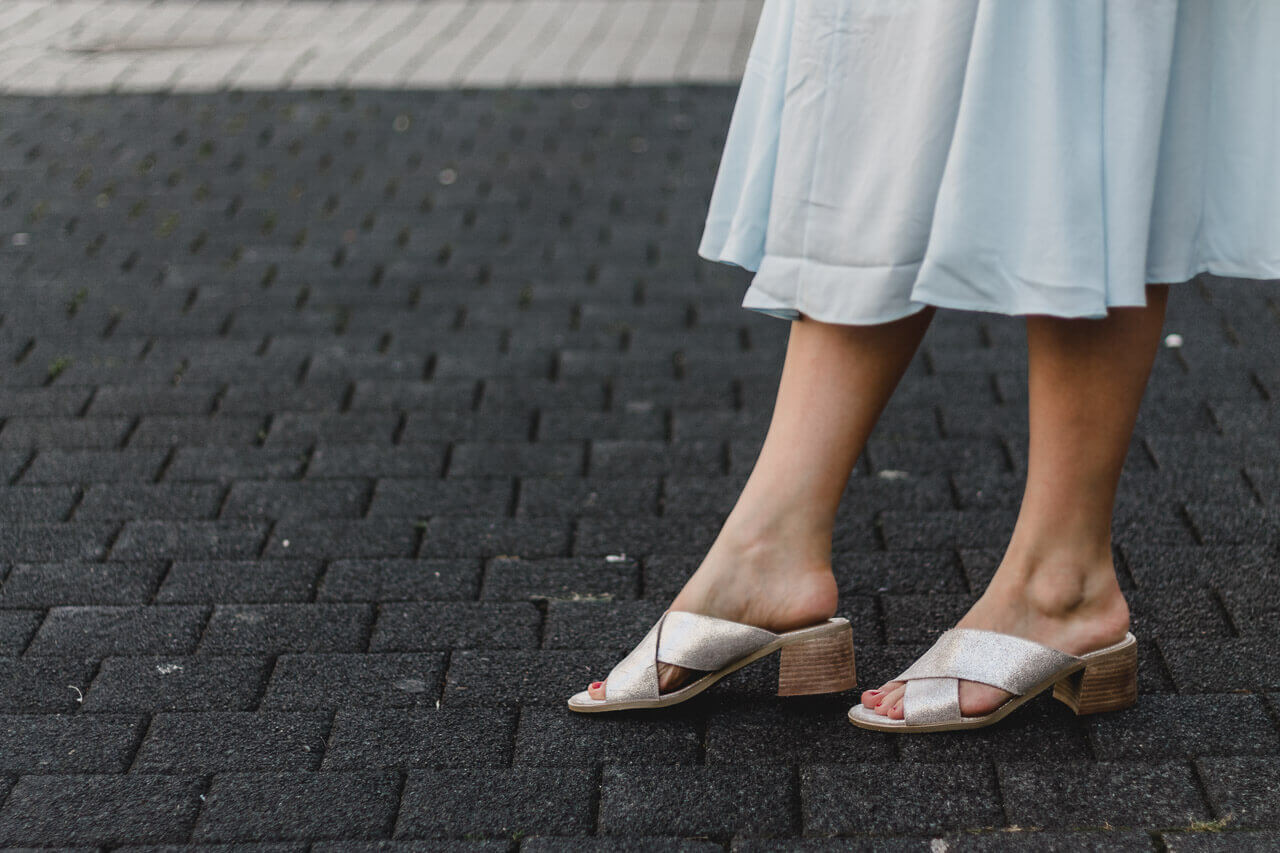 New Look Outfit: Casual Cinderella Outfit – Mittelschuhe Mules in Silber, babyblaue Volantkleid